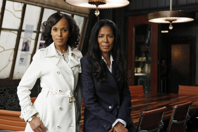 Judy smith pose avec kerry washington en 2011